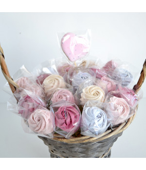 Букет зефирных роз  в корзине